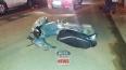 Motociclista é arrastada por cerca de 15 metros após colisão com caminhonete