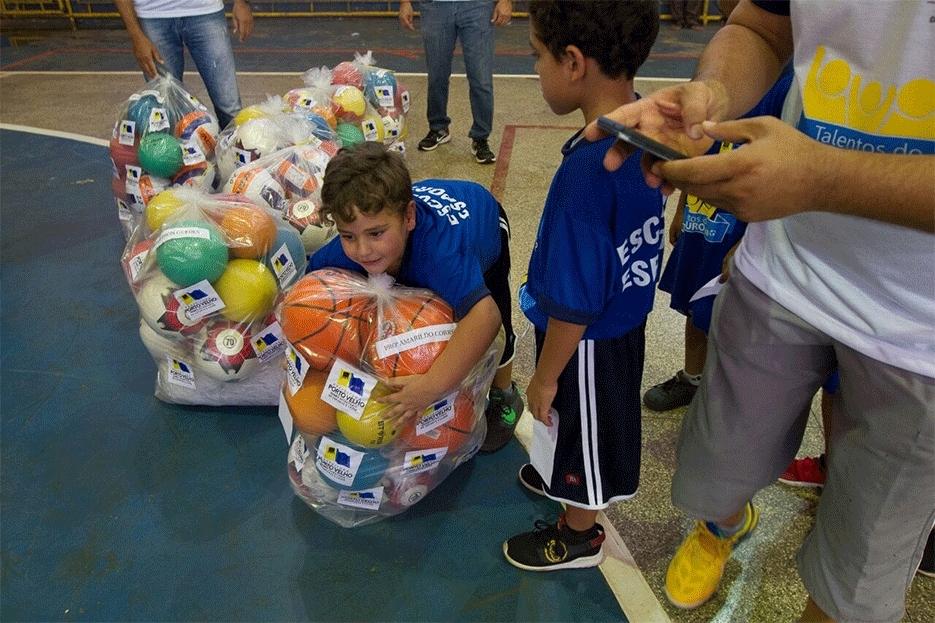 12836b6c91 Secretaria de Esporte entrega material esportivo e lança campanha de doação  de tênis e chuteiras
