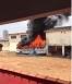 Incêndio destrói ônibus ao lado do Corpo de Bombeiros