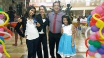 """Com duas filhas adotivas, casal fala do processo e garante: """"Agora somos uma grande família"""""""
