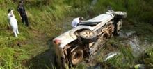 Uma pessoa morre e três ficam feridas após caminhonete capotar na BR-429