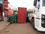 Carreta carregada com canos tomba em Porto Velho