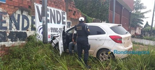 Carro se choca com muro após ser atingido por outro veículo em cruzamento de Porto Velho