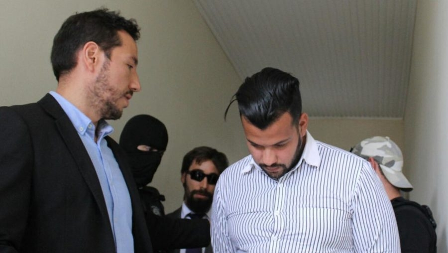 Justiça manda prender advogado do Acre que posou com submetralhadora e confessou pertencer ao Comando Vermelho