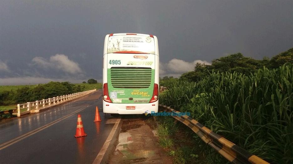 Ônibus colide em cabeceira de ponte na BR-364 e motorista fica preso às ferragens