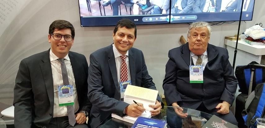 Elton Assis participa de lançamento de livro jurídico durante conferência nacional em São Paulo