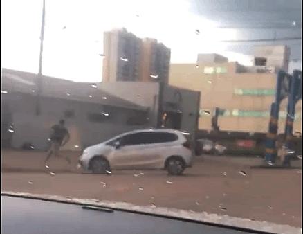 Vídeo: Mulher enfurecida atropela homem em Porto Velho