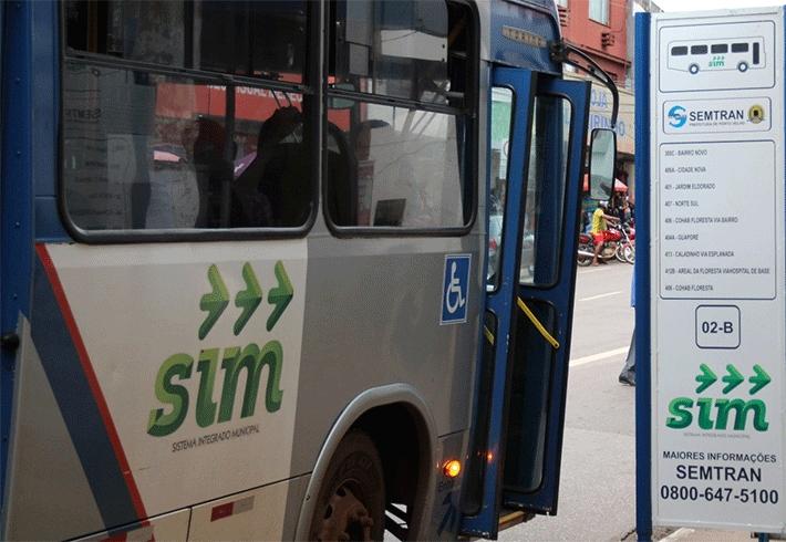 Bandido entra em ônibus como passageiro e faz arrastão na Capital