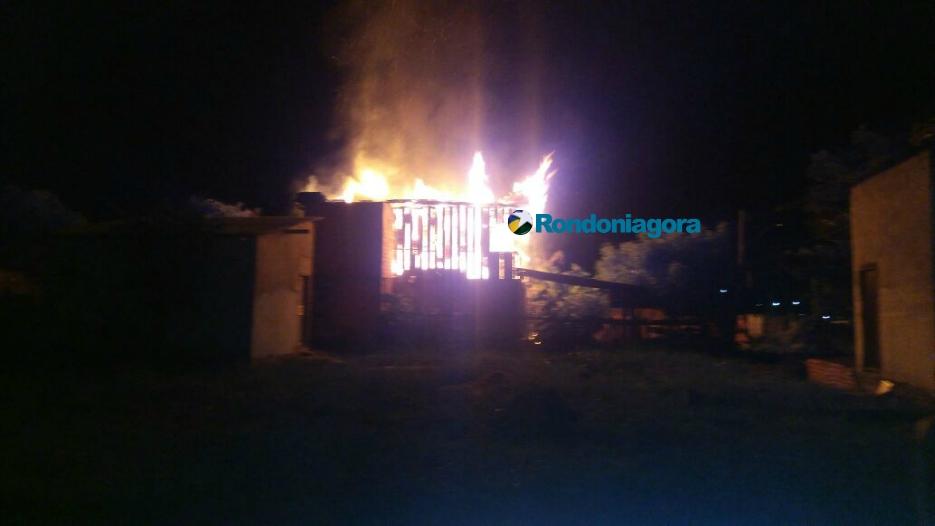 Casa fica totalmente destruída após incêndio criminoso em Porto Velho