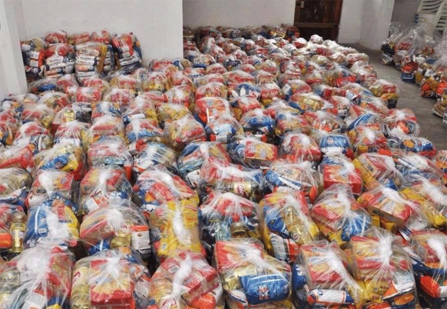 Jovem arrecada dinheiro e compra 500 cestas básicas para carentes