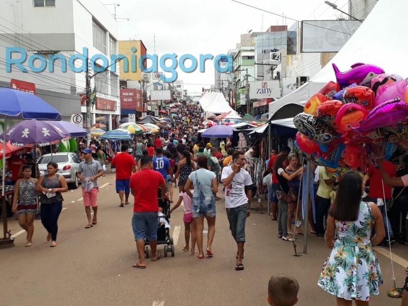Multidão vai às compras na região central de Porto Velho neste domingo