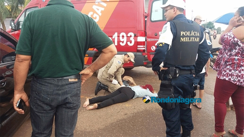 Mulher fica ferida em acidente entre moto e carro