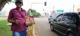 Vendedores informais ocupam espaços públicos para tentar aumentar vendas no final de ano
