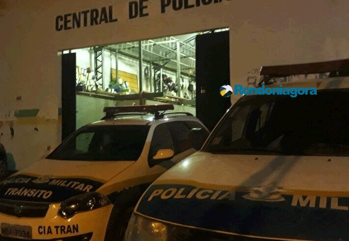 Bandidos são presos levando televisores roubados em cima de moto