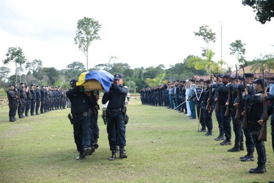 Com honras militares e muita emoção, policial morta em capotamento é enterrada