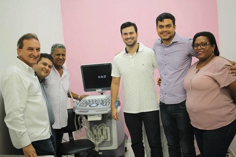 Deputado Expedito Netto entrega aparelho de ultrassom para clínica de Rolim de Moura