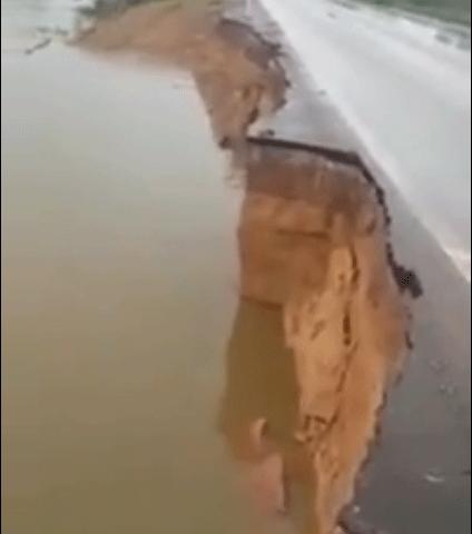 Vídeo: Trecho da BR-364 na Ponta do Abunã cede com a cheia do Madeira