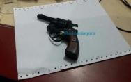 Menor é apreendido com revólver durante tentativa de roubo em residência