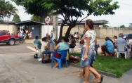 Em busca de vagas, centenas de pais fazem fila em frente de escola militarizada em Ji-Paraná