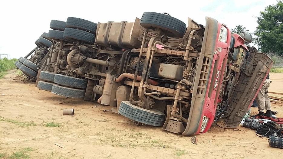 Motorista sofre mal súbito e caminhão tomba na BR-364