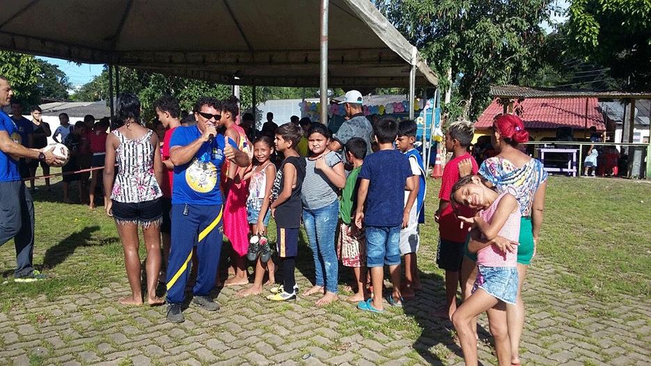Semes entrega tênis para alunos do Mato Grosso, material esportivo no Triângulo e anuncia Rua de Lazer no Orgulho do Madeira