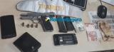 Dupla troca tiros com policiais após assalto em residência e acaba presa