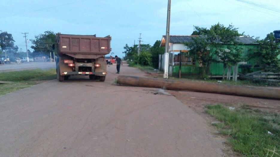 Moradores de Abunã bloqueiam BR-364 em protesto contra usina