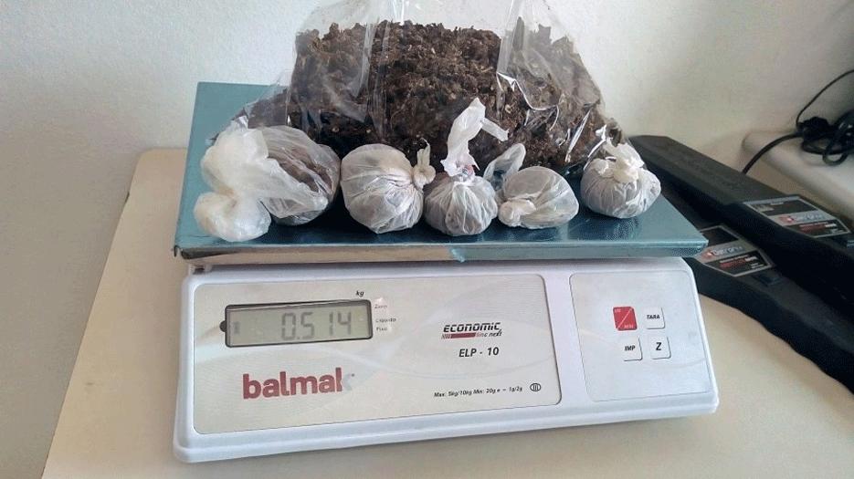 Agentes apreendem sacola com drogas e celulares arremessada para dentro de presídio