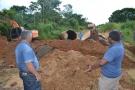 Só na Bença visita obras de instalação de tubos armcos em Primavera de Rondônia