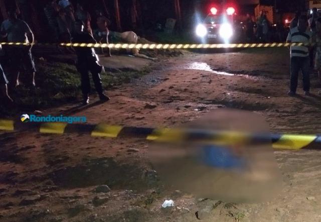 Um jovem é morto e dois são baleados em frente de casa