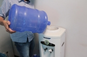 Agevisa orienta consumidores sobre compra e manuseio de galões de água mineral