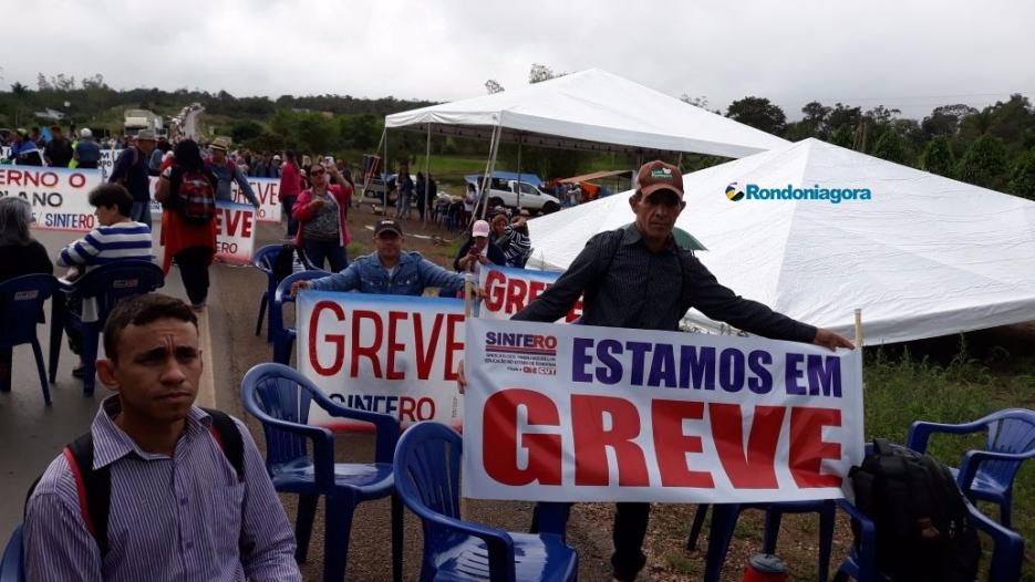 Vídeos e fotos: Trabalhadores da educação fecham a BR-364 em Candeias e em Vilhena