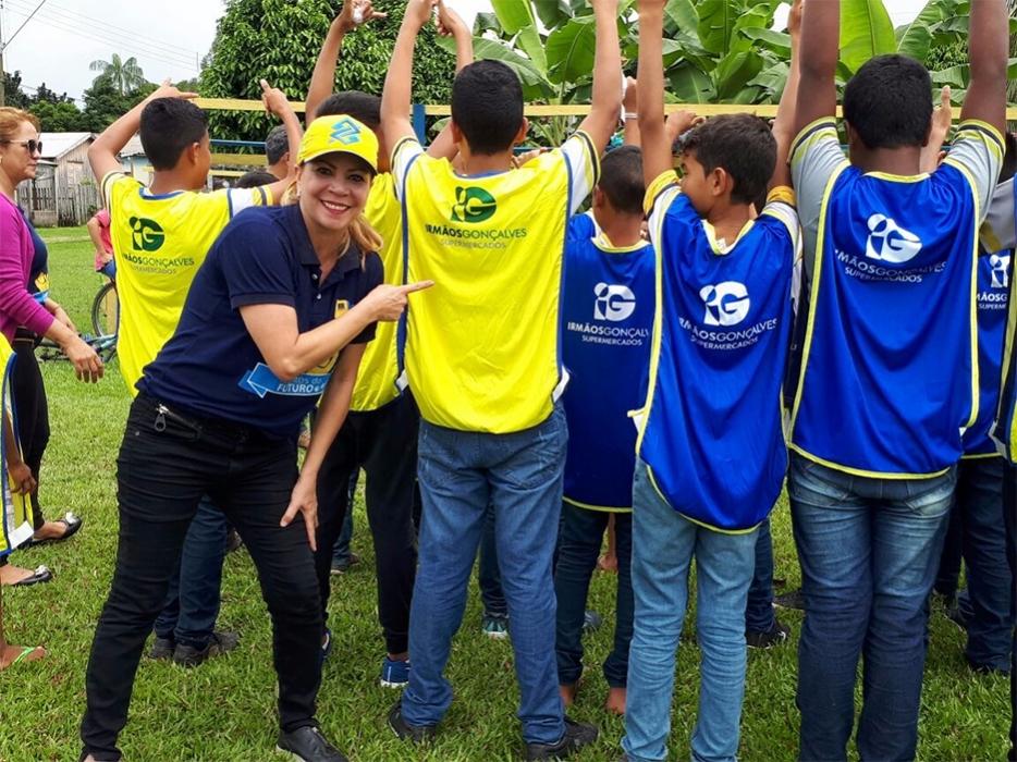 Alunos de Calama recebem coletes e novos kits esportivos da Semes