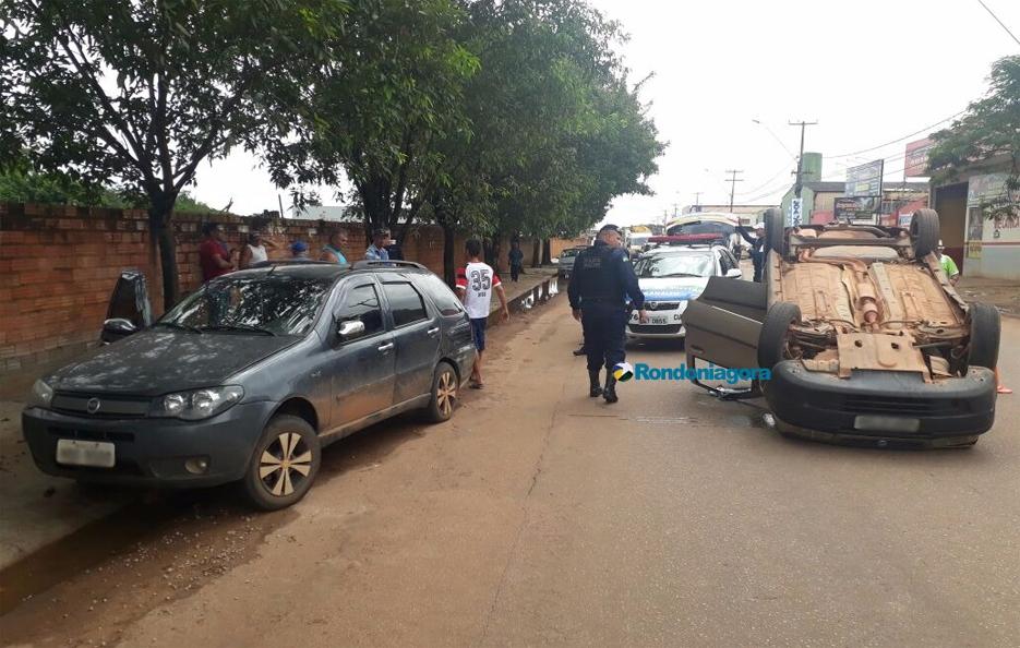 Motorista colide em carro parado, capota e vai preso ao se recusar a fazer teste do bafômetro