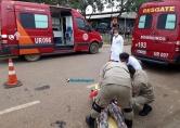 Grávida colide moto em carro estacionado e é levada com dores ao João Paulo II
