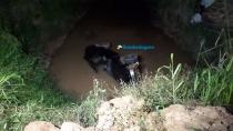 Motorista desvia de motociclista e cai com carro em bueiro
