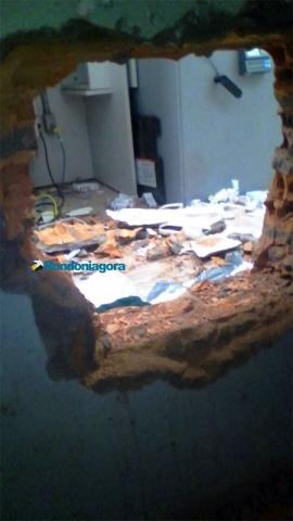 Criminoso tenta furtar cofre do Banco do Brasil após arrombar parede com marreta e picareta
