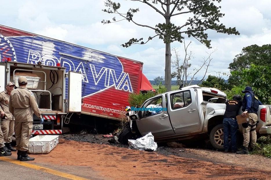 Vídeo: Colisão entre caminhonete e caminhão deixa um morto na BR-364