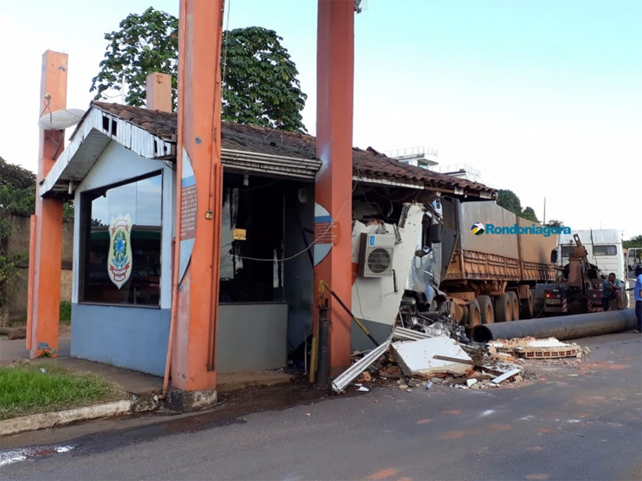 Carreta destrói guarita e moto no Porto de Porto Velho