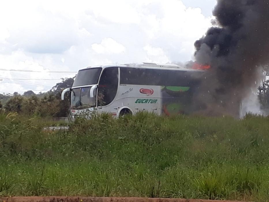 Vídeo: Fogo destrói ônibus da Eucatur na BR-364 em Rondônia