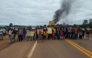 Moradores bloqueiam BR-364 para exigir retorno de transporte escolar; vídeo