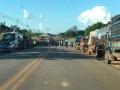 Caminhões esperam BR-421 ser liberada em Monte Negro para buscarem combustível em Porto Velho