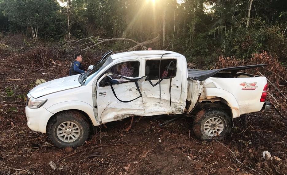 Hilux desgovernada provoca acidente com van do presídio federal que levava 26 funcionários