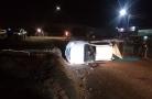 Motorista capota caminhonete no viaduto na Campos Sales e foge deixando duas vítimas
