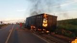 Incêndio destrói parte de caminhão boiadeiro na BR-364