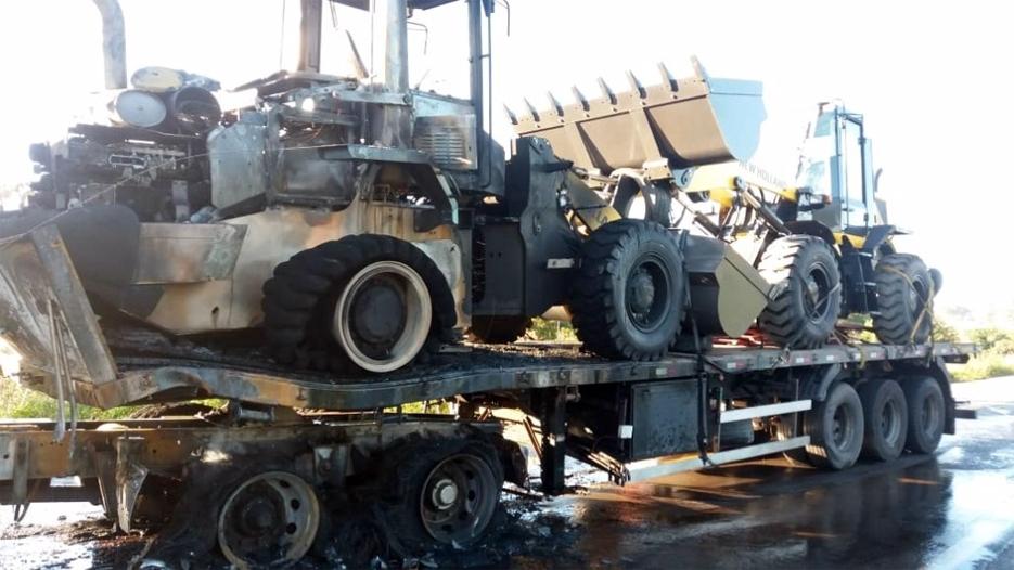 Moto incendeia após colisão em carreta na BR-364; PM fica gravemente ferido