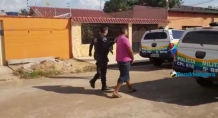 Dois jovens e um adolescente são flagrados após roubar celular de mulheres em supermercado
