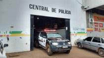 Homem é preso após espancar a esposa e na delegacia faz ameaças de morte
