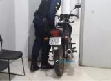 Foragido é preso com moto roubada na Zona Leste