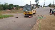 Jovem morre e irmã fica em estado grave em colisão entre ônibus escolar e moto